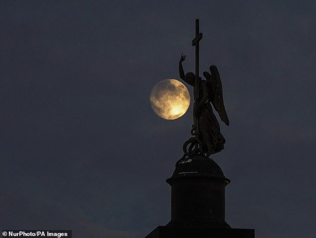 'Cold Moon' will exit the north-eastern sky at 4:19 pm ET (9:19 pm GMT) with extreme lights on Tuesday evening at 10:30 pm ET (3:30 pm GMT).  Picture is full moon in St. Petersburg, Russia