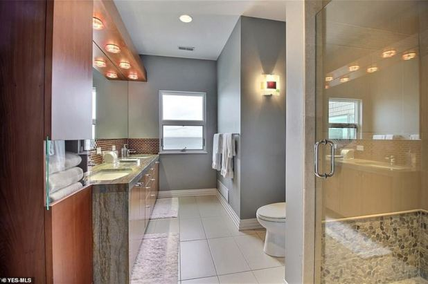 Modern decor: marble in the bathroom and a modern shower in the grand house