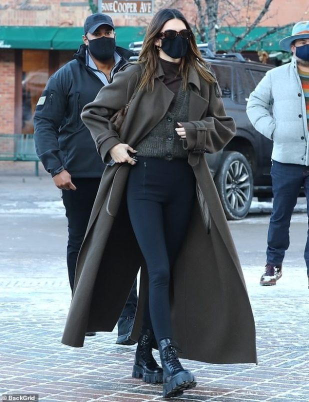Low key: Catwalk Tara wore a black tortoise in her standard delicate sunglasses and she wore a brown handbag under her arm.