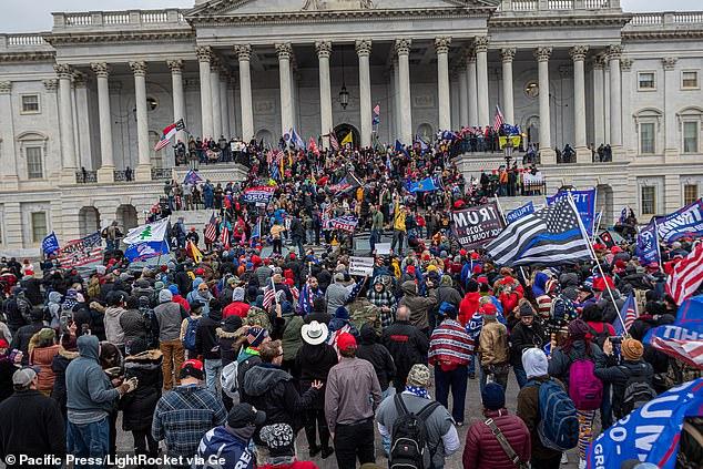 Des partisans d'extrême droite du président Trump sont vus au-dessus, juste à l'extérieur du bâtiment du Capitole américain à Washington, DC, mercredi.  Les émeutiers qui ont saccagé le bâtiment ont planifié l'événement pendant des semaines sur des sites de médias sociaux comme Gab, Parler, Telegram et TheDonald.win