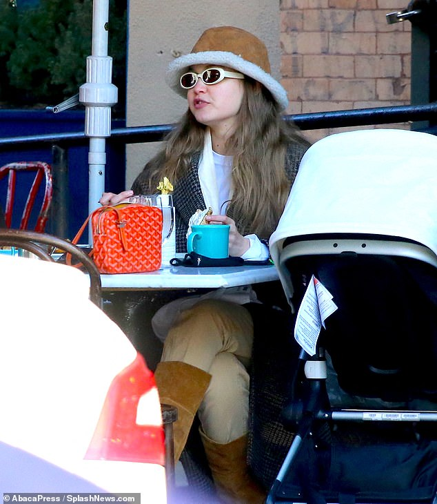 Lunch outing: Gigi had lunch with a friend at a restaurant with her baby next to her in a stroller