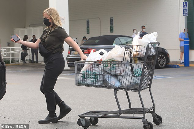 She's got it in hand: Poehler wheeled her groceries to her car and unloaded them herself