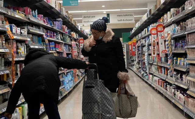 Several customers had masks on that were not properly positioned over there nose and mouth, as the anti-Covid rules require