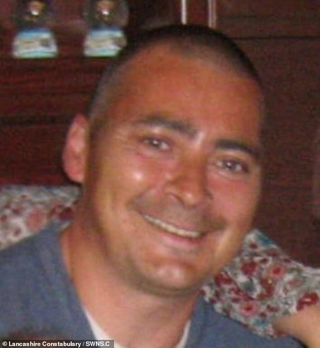 Когда Роберт Битти открыл дверь своей квартиры в Уэверли в Скелмерсдейле, Ланкашир, группа мужчин ворвалась внутрь и облили его и его квартиру бензином, затем подожгли его и скрылись с места происшествия.