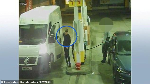 На видеозаписи, опубликованной сегодня полицией, видно, как банда подъезжает к заправочной станции в фургоне, прежде чем использовать один из насосов, чтобы заправить контейнер, спрятанный за дверью со стороны пассажира.