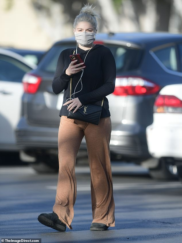 Comfort above all!  Ariel Winter kept it cool and casual as she stocked up on groceries in Los Angeles on Friday