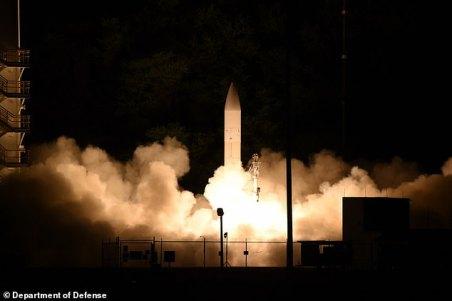 O estudo do think tank Civitas acusa 14 das 24 melhores universidades do Reino Unido de terem ligações com conglomerados de armas chineses e centros de pesquisa ligados a militares envolvidos em esquemas de armas nucleares e desenvolvimento de tecnologia futurística. Na foto: um míssil de teste hiper-sônico é lançado pela Marinha dos EUA