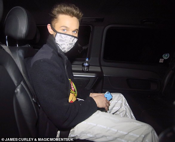 ¡Siguiente!  Joe-Warren Plant fue la cuarta celebridad obligada a retirarse después de que dio positivo por coronavirus