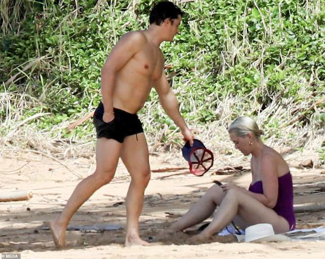 Hello there: Shortly after Lord Of The Rings actor Orlando walked up to his love, flaunting his buff chest and brawny arms while she sat herself down on her towel and checked her phone