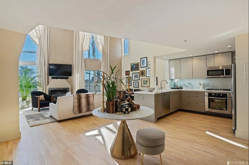 The selling price for the 1,069-square-foot loft is 63 percent higher than the $489,000 price Harris paid for the property back in 2004. Pictured; View of the foyer, Kitchen and living room