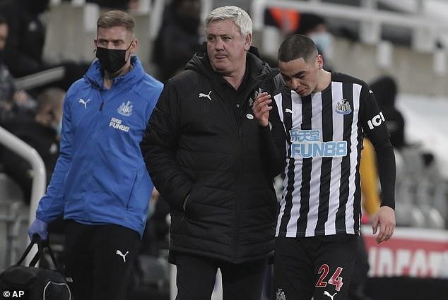 El jefe de Newcastle, Steve Bruce (centro), consoló a Miguel Almirón (derecha) cuando salía lesionado
