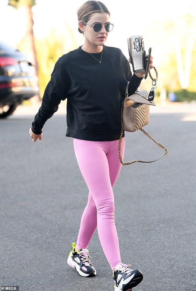 Bonita en rosa: la actriz de 31 años, que saltó a la fama en el programa de televisión Pretty Little Liars, fue vista con leggings rosa chicle.
