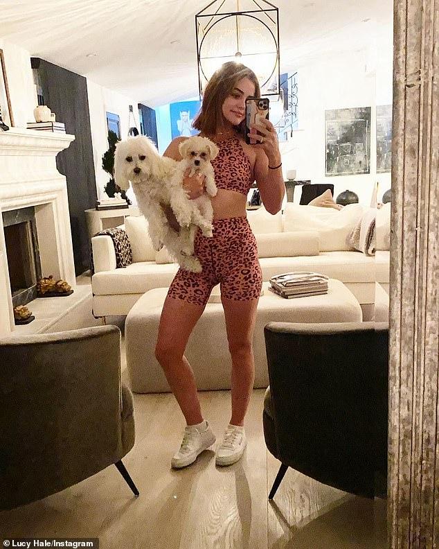 Tres NO son una multitud: 'Mi pequeña familia de 3. Todos conocen a Ethel', escribió Lucy en la leyenda del álbum de Instagram anunciando la llegada de su perro 'Lucy y sus cachorros en la foto en febrero
