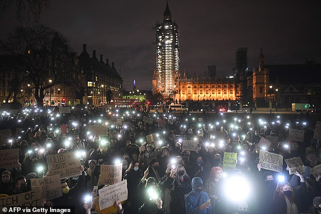 A minute of silence was held in which the demonstrators lay on the ground. After dusk fell they lit up the night by holding up their illuminated phones, each casting off a small part of the darkness surrounding them