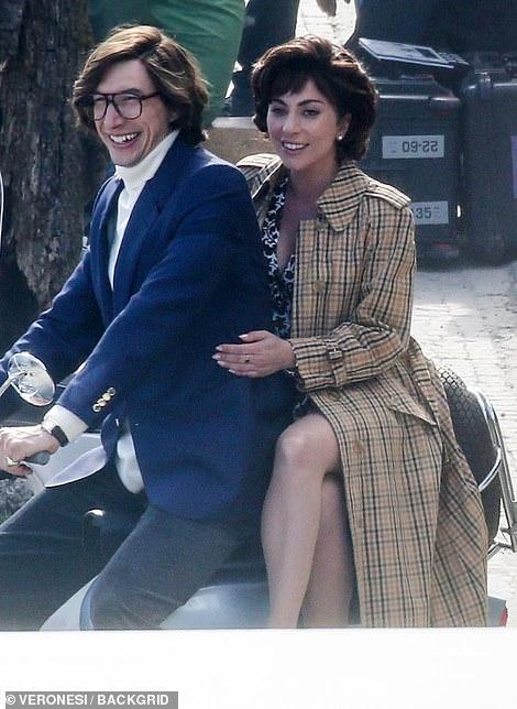 ¡Aw!  Los actores demostraron ser la pareja perfecta mientras se acurrucaban en la parte trasera de una Vespa.