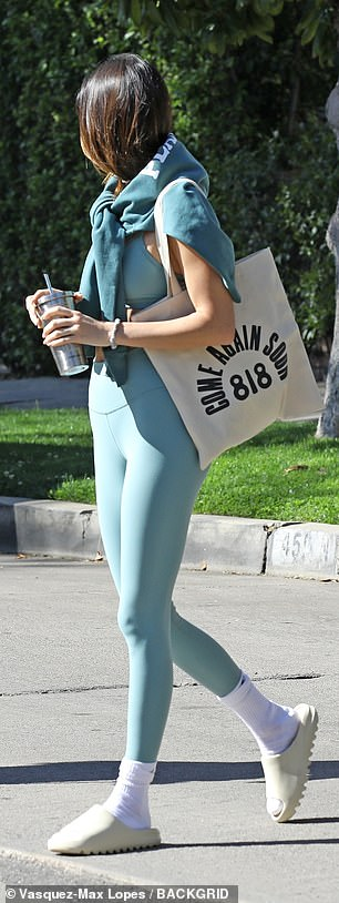 Color coordination: The supermodel paired her top with a matching set of athletic leggings