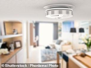 Deben instalarse detectores de humo en todos los pisos de una propiedad de alquiler.