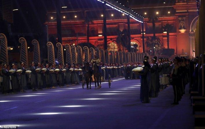 Kraliyet mumyaları bir konvoyla Tahrir'deki Mısır Müzesi'nden Mısır Medeniyetleri Ulusal Müzesi'ne taşınır.
