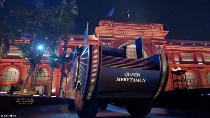 Mısır Müzesi'nden Tahrir Meydanı'na bakan Nil kordonu boyunca Mısır'ın ilk İslam başkentinin bulunduğu yeni açılan Ulusal Mısır Medeniyetleri Müzesi'ne uzanan törende bir araç görüldü.