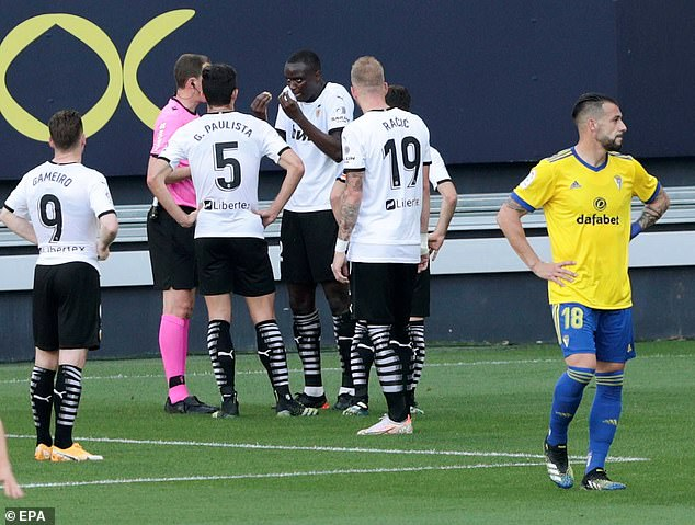 Diakhaby explained his position to the referee before deciding to walk off the pitch