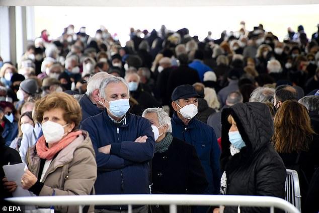 Los datos se calculan en función del número de muertes a una edad específica en un período de tiempo.  La pandemia ha provocado miles de muertes, muchas de ellas prematuras, en un corto período de tiempo, lo que ha obligado a reducir la esperanza de vida (en la foto, los italianos esperan para vacunarse)