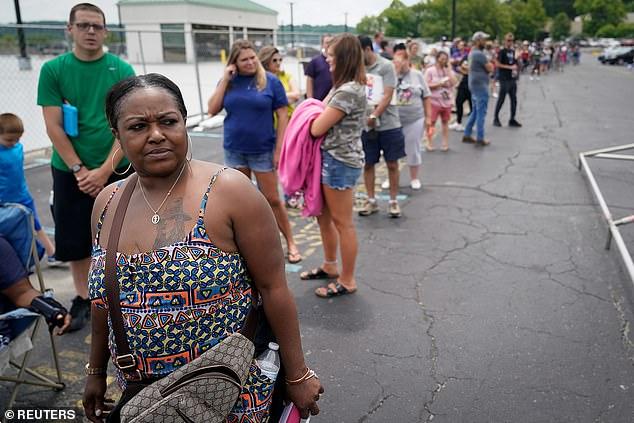 Los investigadores analizaron los resultados relacionados con la pandemia de COVID, incluido el desempleo;  insuficiencia alimentaria;  y no pagar el alquiler o la hipoteca del último mes.  En la imagen: La gente espera en una fila frente a una oficina de desempleo temporal en Frankfort, Kentucky, junio de 2020