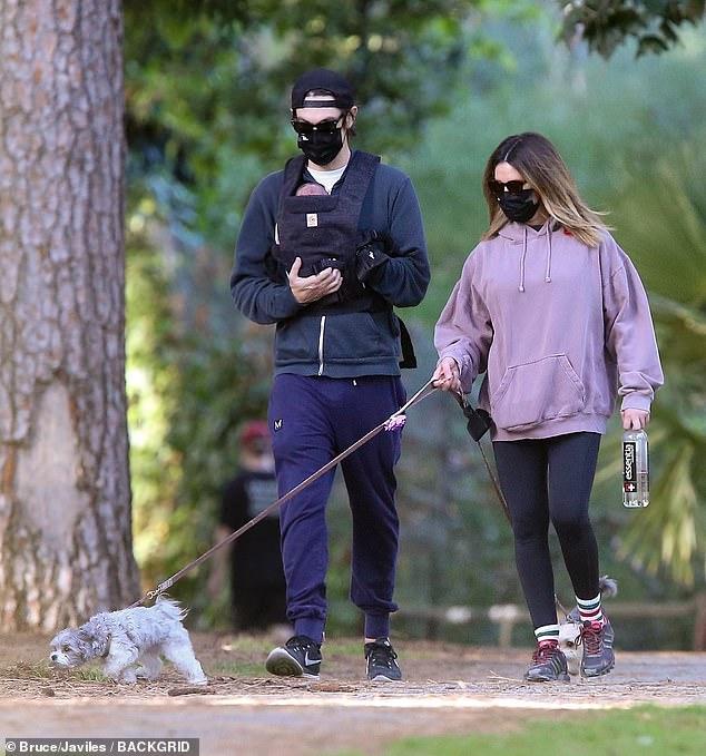 Excursión familiar: Ashley Tisdale y su esposo Christopher French fueron vistos por primera vez con su recién nacido mientras disfrutaban del tiempo en un parque en Los Feliz, California el miércoles.
