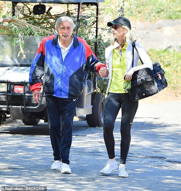 Deportivo: Para su salida al parque el miércoles, Bennett lució una cazadora azul, roja y negra y un par de pantalones deportivos Nike.