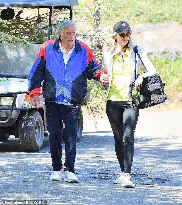 Coordinación: Susan coordinó con su esposo al lucir unos leggings Nike, que combinó con una camiseta polo amarilla y una chaqueta deportiva blanca.
