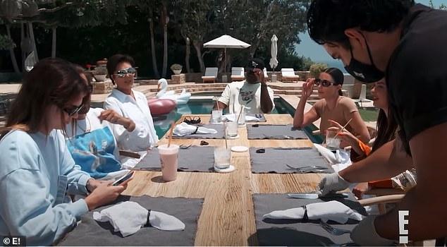 Cenar fuera: La familia, que incluye a Kris Jenner, Kendall, Scott Disick y Corey Gamble, se sumerge en una serie de preguntas durante un opulento almuerzo al aire libre en Malibú y le pregunta a Addison de dónde es, si ha sido arrestada, su tipo de sangre y puntaje de crédito.