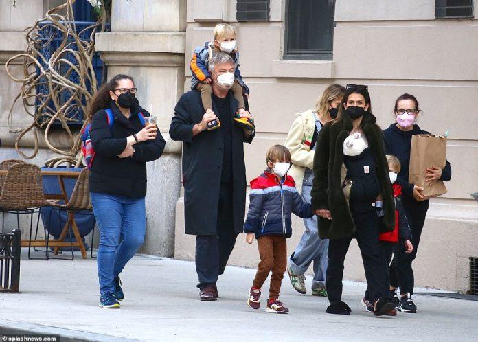 ¡La cría Baldwin sale a caminar!  Alec, de 63 años, y su esposa Hilaria, de 37, tienen las manos ocupadas mientras salen a dar un paseo con cuatro de sus seis hijos en la ciudad de Nueva York (LR: Alejandro David, dos, Rafael, cinco, Leonardo, cuatro, la recién nacida Lucia , y Romeo Alejandro David, dos)