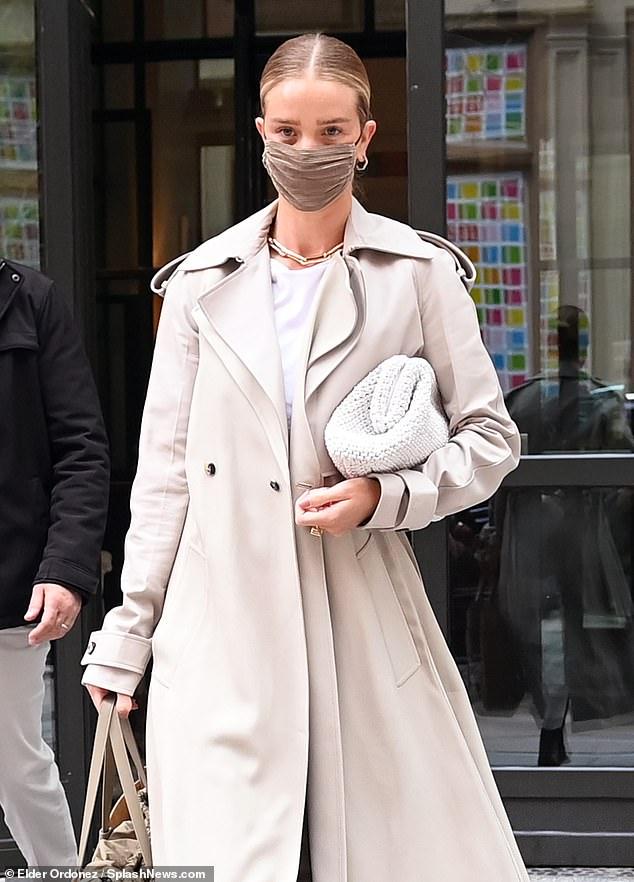 Radiante: la modelo, de 33 años, mostró sus credenciales de moda con una elegante gabardina color crema cuando salió de su hotel.