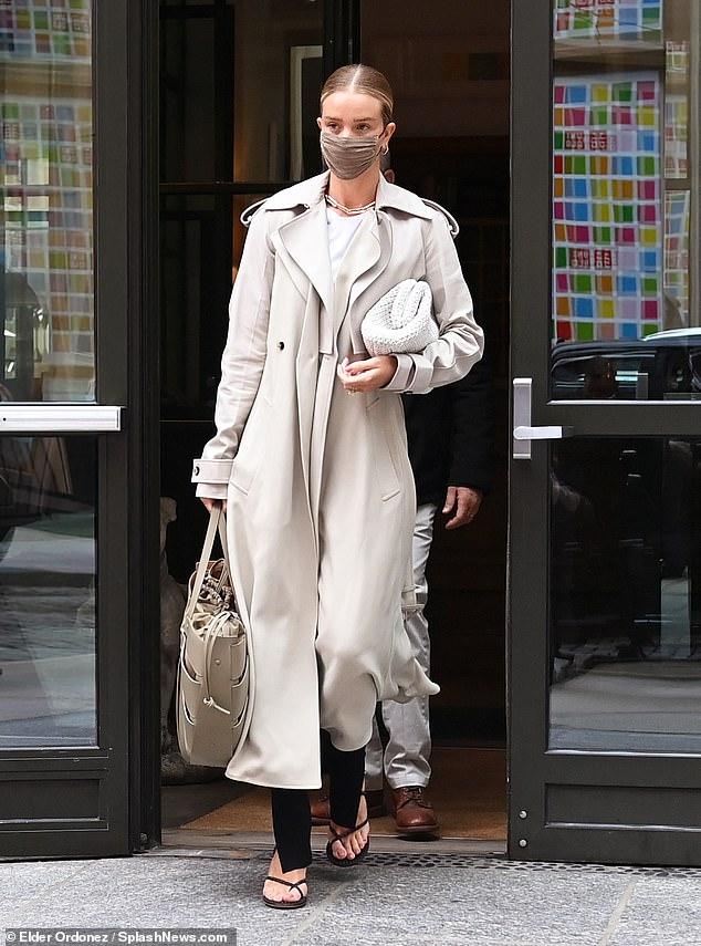 Encantadora: Rosie Huntington-Whiteley se veía elegante sin esfuerzo cuando salió para una reunión de negocios en Nueva York el martes