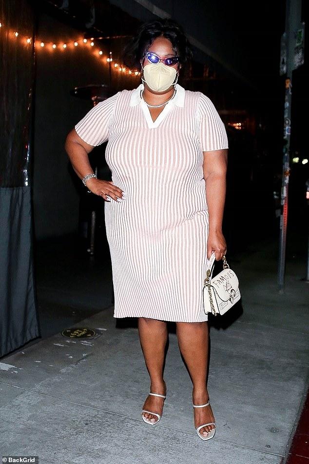 Haciendo una pose: la cantante de 32 años posó para una foto después de salir de la cena en Los Ángeles.