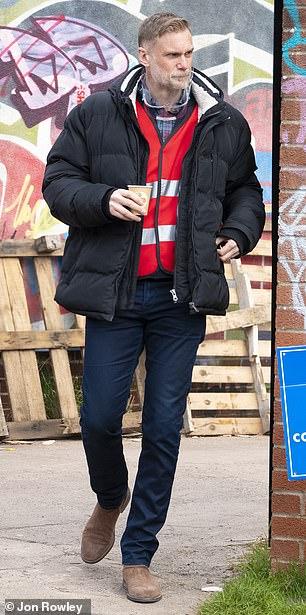 ... y Darren Boyd disfrutó de un momento de tranquilidad entre escenas en el set de Bristol
