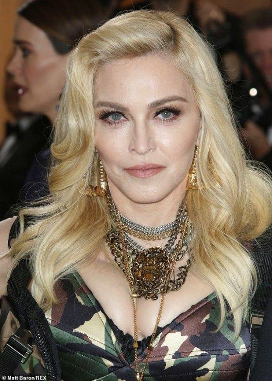 Η Madonna είχε μια κρέμα που μπορεί να χρησιμοποιηθεί ως αστάρι και να στοχεύσει τις ρυτίδες σε μια φωτογραφία που δημοσίευσε στο Twitter