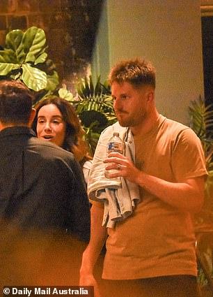 Menjaga terhidrasi!  Sementara banyak penggemar mengira para peserta dihujani alkohol, Jake dan Bryce tetap terhidrasi dengan minum air