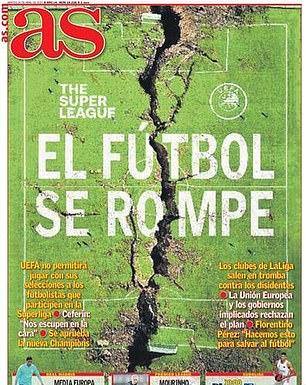 Diario AS di Spanyol memamerkan lapangan sepak bola yang terbelah menjadi dua untuk menunjukkan kerusakan yang ditimbulkan Liga Super melalui sepak bola