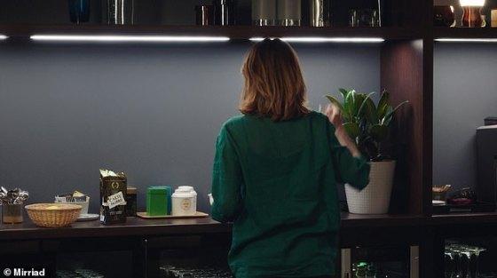 Setelah: hey presto, kopi muncul setelah penyisipan digital (acaranya adalah 'Dix Pour Cent' di DPC France TV)