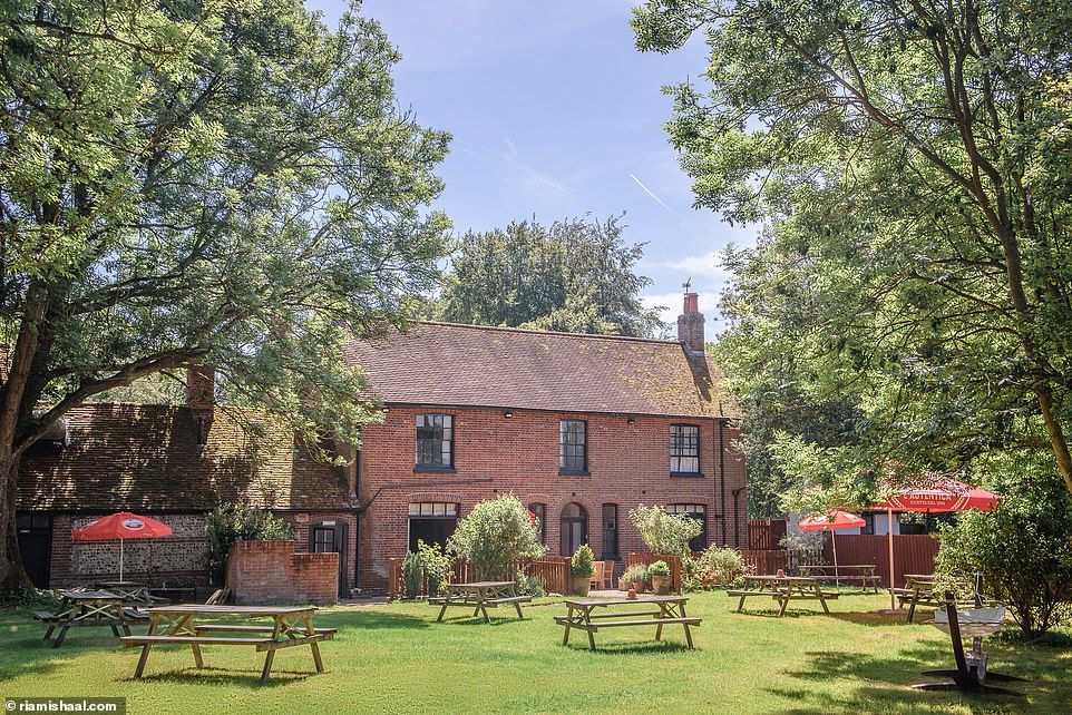 Thestunning garden for al-fresco drinking and dining at ThePurefoy Armsin the tiny village of Preston Candover