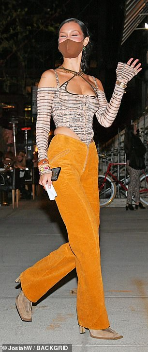 The unique striped number had cut-out shoulders with long sleeves and a cropped hemline, revealing her flat midsection
