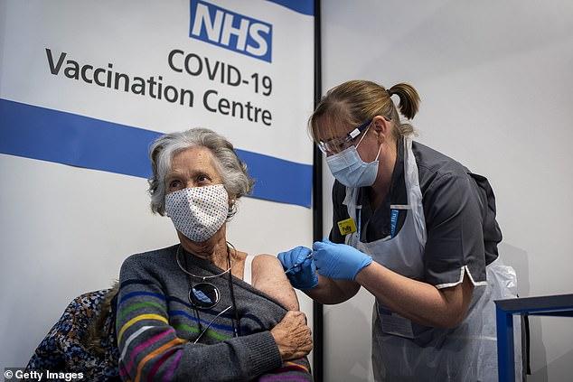 NHS England redujo la edad para que las personas reciban una vacuna contra el coronavirus por segunda vez esta semana luego de implementaciones exitosas en grupos de mayor edad (archivo)