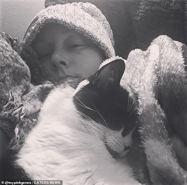 Desde entonces, Kate se sometió a una doble mastectomía, reconstrucción, y también le extirparon el estómago en 2019, después de que los médicos descubrieron que tenía una mutación genética muy rara (CDH1) que causa tanto cáncer de mama lobulillar como cáncer gástrico difuso hereditario.