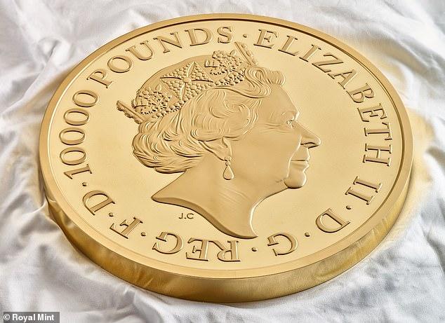 La moneda conmemorativa de £ 10,000 se vendió a un comprador privado por una 'suma de seis cifras', dijo la Casa de la Moneda.