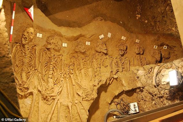 No es la primera vez que se encuentran cadáveres en los Uffizi: en 2014, los trabajadores que cavaban el hueco de un ascensor descubrieron los restos de más de 60 personas (en la foto) que datan del siglo IV.