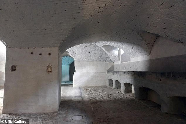 En la imagen: un área subterránea renovada en la Galería de los Uffizi donde los Medici alguna vez albergaron sus establos.  Los trabajadores que excavaban siglos de tierra acumulada en el sótano descubrieron tres esqueletos y un pozo medieval