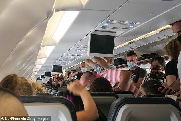Un nuevo estudio encuentra que abordar un avión de atrás hacia adelante duplica el riesgo de exposición al COVID-19 para los pasajeros en comparación con el abordaje aleatorio.  En la imagen: Pasajeros con mascarillas que suben a bordo de un Airbus A320 de Aegean, agosto de 2020