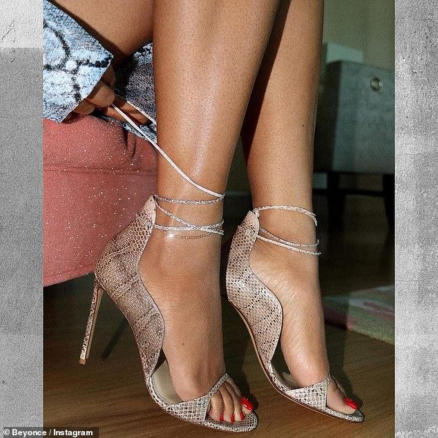 Fashionista: Para completar el look, Beyonce deslizó sus pies en un par de tacones ultra de tiras con lazos que se enredaban alrededor de sus tobillos.