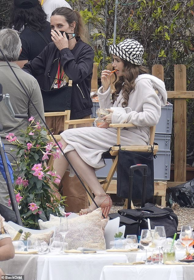Quick break: The actress enjoyed a small snack as she relaxed during the shoit