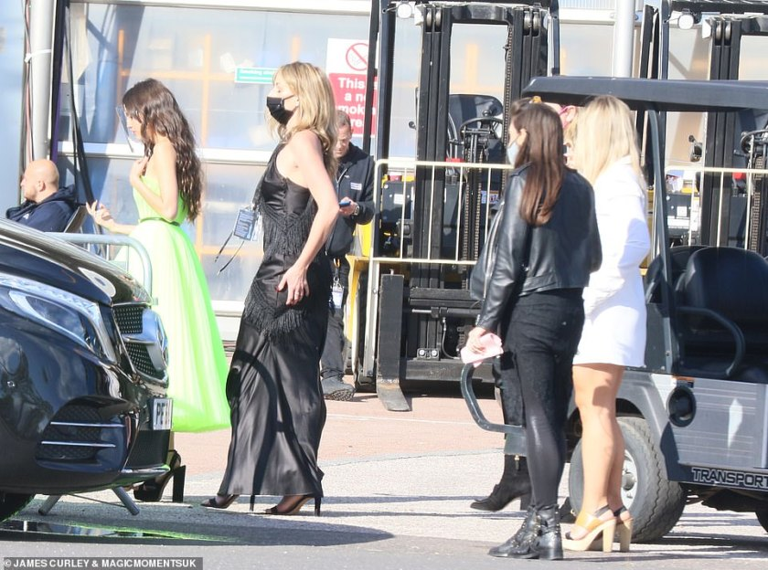 She's on her way! Olivia was seen making a glamorous arrival to the event